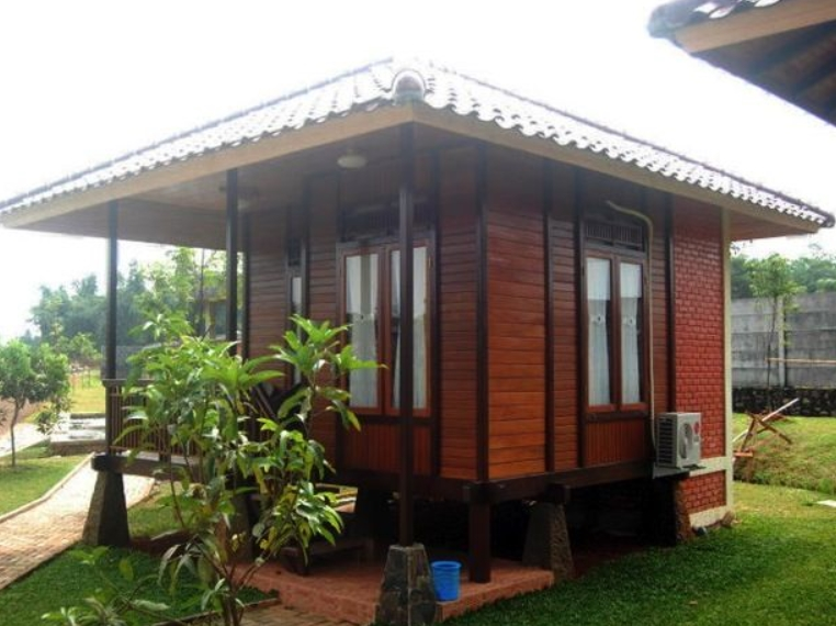Rumah Kayu dengan Bungalow Rendah