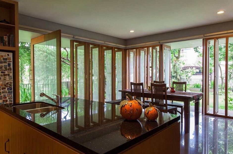 Rumah Kayu dengan Jendela Banyak